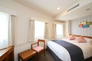 Photo Image of Best Places to Stay In Tokyo On A Budget Triple Queen Bed on Shinjuku Washington Hotel Pictures